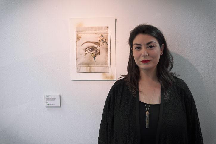 """La artista Monica Mura con su obra """"Atrapasueños"""""""